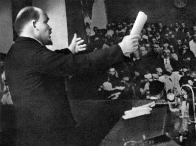 В.И.Ленин выступает с докладом на заседании II конгресса Коминтерна height=297