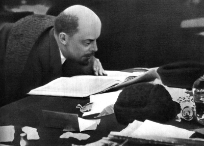 В.И.Ленин в президиуме IX съезда РКП(б) height=287