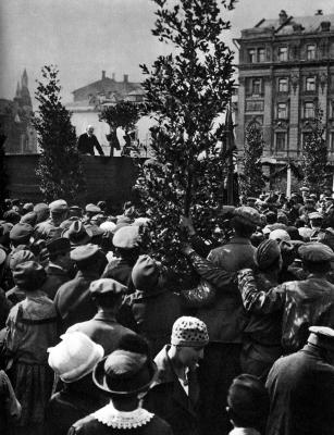В.И.Ленин произносит речь при закладке памятника К.Марксу height=400