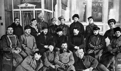 В.И.Ленин и М.И.Калинин с группой делегатов I Всероссийского съезда трудовых казаков height=235