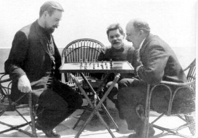 В.И.Ленин в гостях у А.М.Горького на о.Капри играет в шахматы height=279