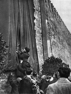 В.И.Ленин разрезает ленту, открывая мемориальную доску на стене Кремля height=400