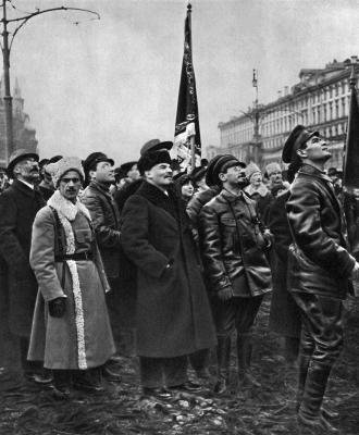 Ленин и Свердлов осматривают памятник Марксу и Энгельсу height=400