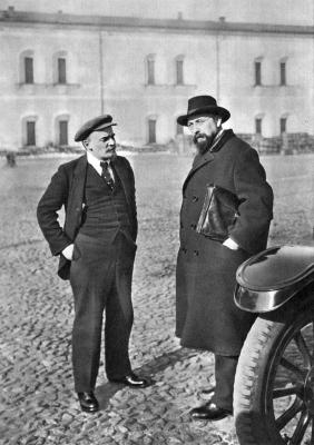Ленин В.И. с Бонч-Бруевичем В.Д. на прогулке по выздоровлении после ранения height=400