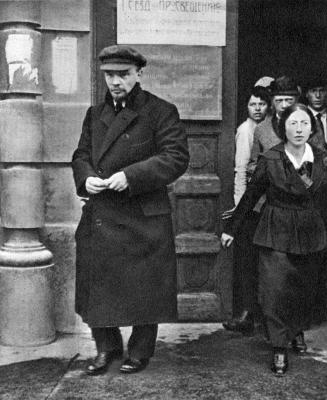 Ленин В.И. и Крупская Н.К. после заседания I Всероссийского съезда по просвещению height=400