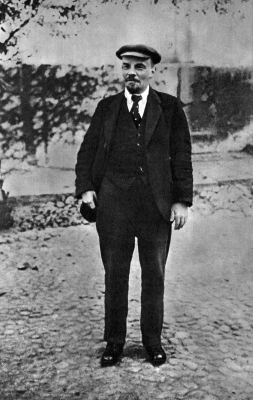 Ленин В.И. на прогулке по выздоровлении после ранения height=400