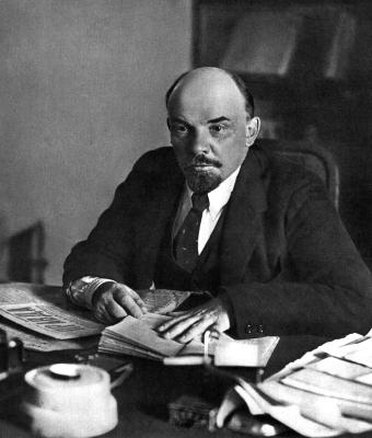 Ленин В.И. за рабочим столом в своем кабинете в Кремле height=400
