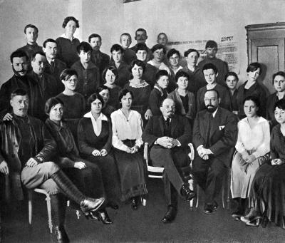 Ленин В.И. в группе работников секретариата Совнаркома height=341