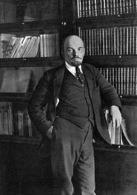 Ленин В.И. у книжного шкафа в своем кабинете в Кремле height=400