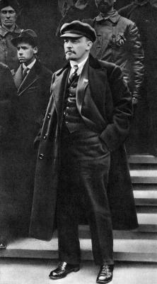 Ленин В.И. на Красной площади во время первомайской демонстрации трудящихся height=400