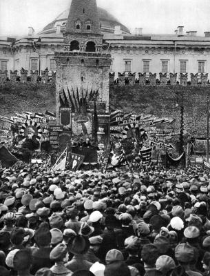 Ленин В.И. произносит речь с трибуны в день праздника 1 Мая height=400