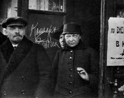 В.И.Ленин и Н.К.Крупская выходят из Дома Союзов height=318