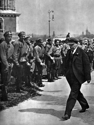 В.И.Ленин направляется к месту закладки памятника «Освобождённый труд» height=400