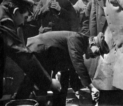 В.И.Ленин закладывает первый камень в основание памятника К.Марксу height=346