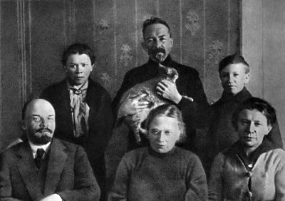 В.И.Ленин и Н.К.Крупская с А.И.Елизаровой, М.И.Ульяновой, Д.И.Ульяновым и Г.Я.Лозгачевым height=282