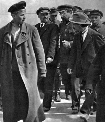 В.И.Ленин и А.В.Луначарский в группе товарищей height=400