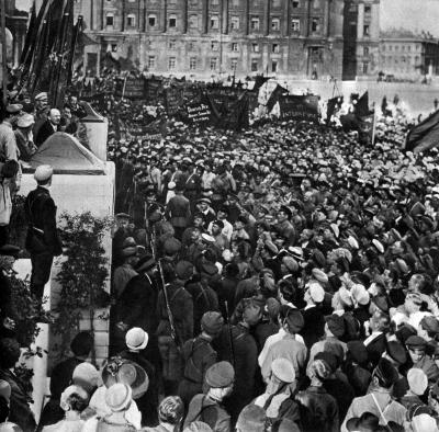 В.И.Ленин произносит речь на митинге, посвящённом открытию II конгресса Коминтерна height=394