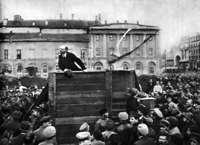 В.И.Ленин выступает перед войсками, отправляющимися на фронт height=291