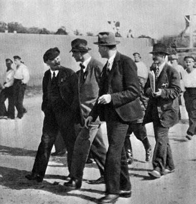В.И.Ленин в группе делегатов II конгресса Коминтерна height=400