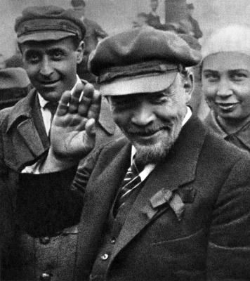В.И.Ленин на закладке памятника «Освобождённый труд» height=400