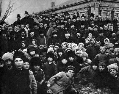 В.И.Ленин и Н.К.Крупская в группе крестьян на празднике, посвящённом открытию Кашинской электростанции height=316