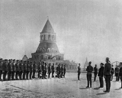 В.И.Ленин принимает парад XI выпуска командиров Первых Московских советских пулемётных курсов height=321