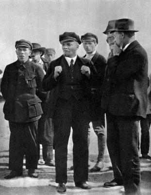 В.И.Ленин на площади Жертв Революции. Петроград, 19 июля 1920 года height=400