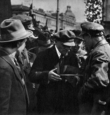 В.И.Ленин подписывает закладную доску на закладке памятника К.Марксу height=400
