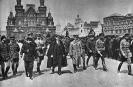 В.И.Ленин с группой командиров обходит фронт войск Всевобуча