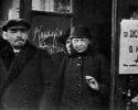 В.И.Ленин и Н.К.Крупская выходят из Дома Союзов