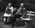 В.И.Ленин и Н.К.Крупская с племянником Ленина Виктором и дочерью рабочего Верой